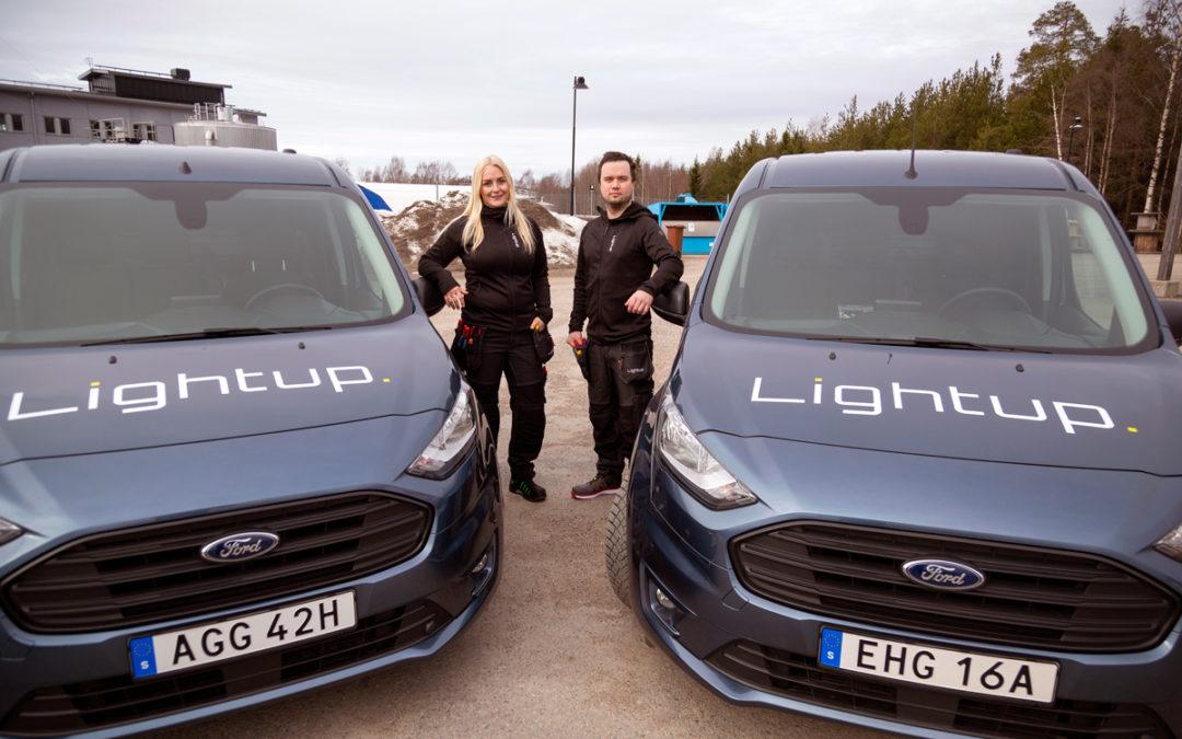 Amanda och Dmitri har kundunikt lager från Elektroskandia i sina bilar
